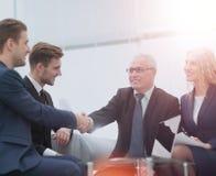 W znaku współpraca partnery trząść ręki po podpisywać Zdjęcie Royalty Free