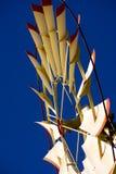 Waßerturm und Windmühle stockfotos