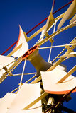 Waßerturm und Windmühle lizenzfreie stockbilder