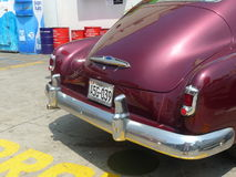 Wałkoni się Chevrolet luksusowego coupe parkującego w Lima Zdjęcia Stock