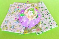 Wałkowa poduszka z kawałkami płótno na zieleni czującej Fotografia Stock