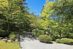 日本庭院在西雅图, WA。 石线索在森林。 免版税库存图片