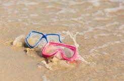 乐趣水活动性 在海滩的两个潜水的面具由wa飞溅了 免版税库存图片