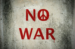 Красный цвет отсутствие сообщение войны и граффити символа мира на wa ciment grunge Стоковая Фотография RF