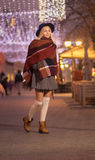 Wa frío de la calle del invierno hermoso de la calle de la mujer del adolescente de la chica joven Foto de archivo