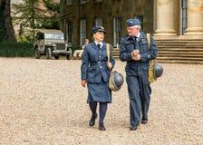 WAAF-Offizier mit RAF Warrant Officer von WW2 Lizenzfreie Stockfotografie