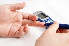 Waagerecht ausgerichtete Blutprobe der Glukose Stockfotografie