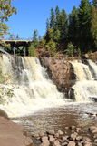 Waagerecht ausgerichteter Schuss des Flusses von Wasserfällen an der Stachelbeere fällt Minnesota Stockfotos