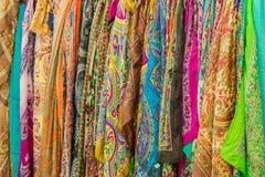 Waaier van kleurrijke zijdesjaals in de winkel stock fotografie