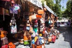 Waaier van leerzakken buiten winkel, Rhodos, Griekenland Stock Afbeeldingen