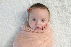 Waakzaam die Babymeisje in een Lichte Perzikomslag wordt ingewikkeld royalty-vrije stock fotografie