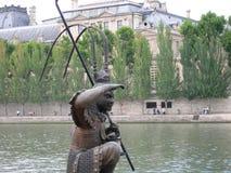 Waakzaam standbeeld in de rivier die een oud gebouw behandelen royalty-vrije stock foto's