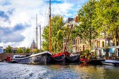 Waalseiland kanał z swój historycznymi kanałowymi domami, houseboats i handlowymi rzecznymi łodziami w starym centrum miasta Amst zdjęcia royalty free