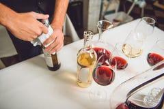 Waarheid in wijn bij lijst Stock Fotografie
