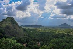 Waarnemend de mening van het Dambulla-hol complex in Sri Lanka Stock Afbeeldingen