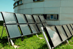 Waarnemingscentrum en zonnebatterij Stock Fotografie