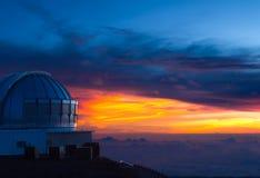 Waarnemingscentrum in Hawaï bij zonsondergang Stock Afbeelding