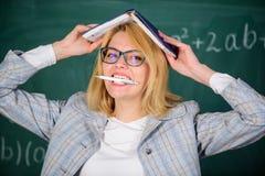 Waarom de leraar van zieken met spanning ophield met Schooldagelijks werk Leraarsspanning en doorsmelting Overwerken en gebrek aa stock foto's