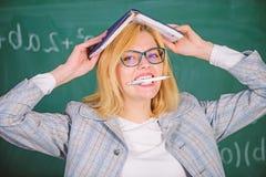 Waarom de leraar van zieken met spanning ophield met Schooldagelijks werk Leraarsspanning en doorsmelting Overwerken en gebrek aa stock afbeelding