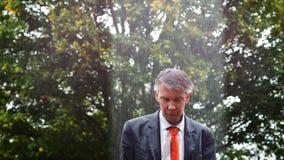 Waarom het is die op me regenen - droevige die zakenman uit in de regen wordt gevangen stock videobeelden