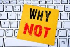 Waarom niet vraag Bedrijfsdieconcept voor Leidingsmotivatie op kleverig notadocument wordt geschreven op de witte toetsenbordacht stock foto