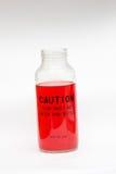 Waarschuw fles met rode vloeistof stock foto