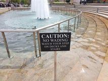 Waarschuw geen het waden horloge uw stapteken met fontein royalty-vrije stock afbeeldingen