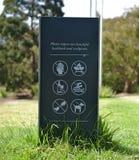 Waarschuwingsbord bij Beeldhouwwerkpark royalty-vrije stock afbeeldingen