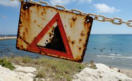Waarschuwingsbord bij het strand Stock Afbeelding