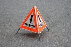 "Waarschuwingsbord met het Duitse woord ""Feuerwehr"" stock foto's"