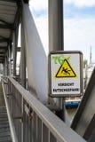 Waarschuwingsbord op een brug niet uit te glijden en te vallen stock fotografie