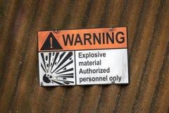 Waarschuwingsbord op een golfijzermuur met de inschrijving: explosief materiaal slechts gemachtigde personeelsleden royalty-vrije stock foto's