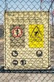 Waarschuwingsbord op een ingangsdeur stock fotografie