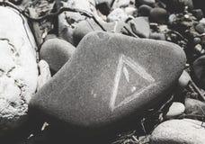 Waarschuwingsbord op een steen wordt gekrast die royalty-vrije stock afbeeldingen