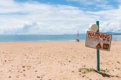 Waarschuwingsbord op strand in Townsville, Australië Royalty-vrije Stock Afbeelding