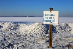 Waarschuwingsbord van DUN ijs bij oever van het meer stock foto's