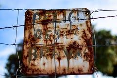Waarschuwingsbord voor moedige stieren bovenop een omheining om de leurders te waarschuwen Stock Fotografie