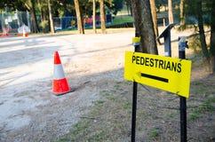 Waarschuwingsbord voor richtingsvoetganger dichtbij een bouwwerf Stock Fotografie