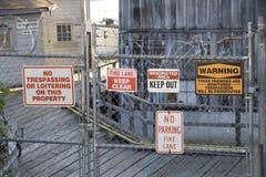 Waarschuwingsborden oude fabriek Royalty-vrije Stock Foto's