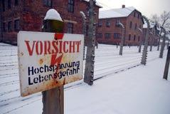 Waarschuwingssein in Auschwitz stock afbeelding