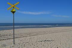 Waarschuwingssein op het strand van een eiland Stock Foto
