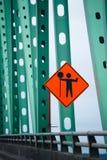 Waarschuwingsverkeersteken van de wegwerken aangaande brug groene landbouwbedrijven stock afbeelding