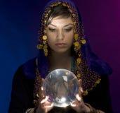 Waarzegger met Kristallen bol stock afbeelding