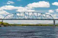 Wabasha-Nelson-Brücke überspannt Fluss Mississipi Stockbilder