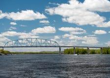 Wabasha-Nelson-Brücke überspannt Fluss Mississipi Lizenzfreie Stockfotos