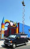 WABC海峡7目击者在月神公园前面的新闻搬运车在布鲁克林 免版税库存图片