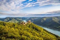 Wachau-Landschaft mit Schlossruine und der Donau bei Sonnenuntergang, Österreich Stockbild