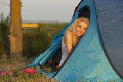 Wachen Sie beim Kampieren bei Sonnenaufgang auf Lizenzfreies Stockfoto