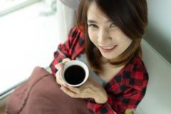 Wachen trinkende Kaffeetasse der Frau morgens auf Bett nach auf lizenzfreie stockbilder