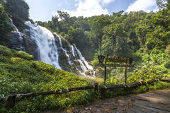 Wachirathan Wasserfall Lizenzfreie Stockfotos